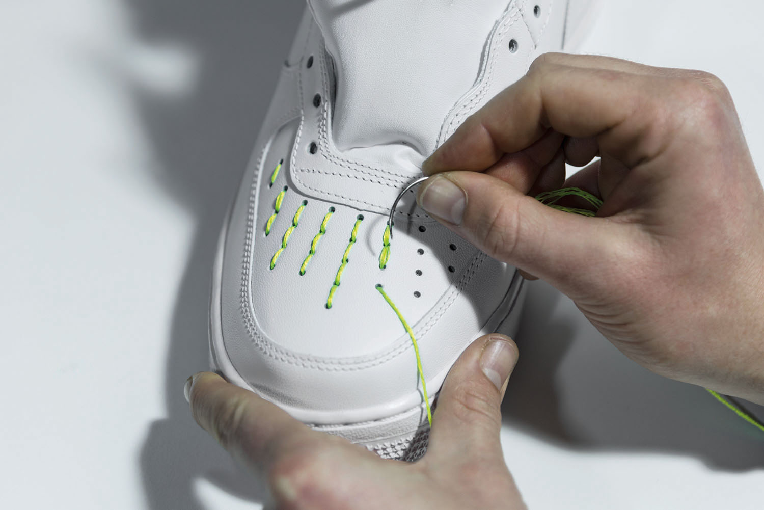 Amédeo is sewing the AF1 fluo